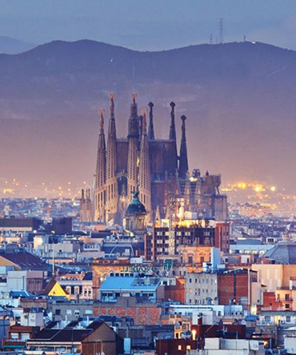 La Sagrada Familia et les toits de Barcelone