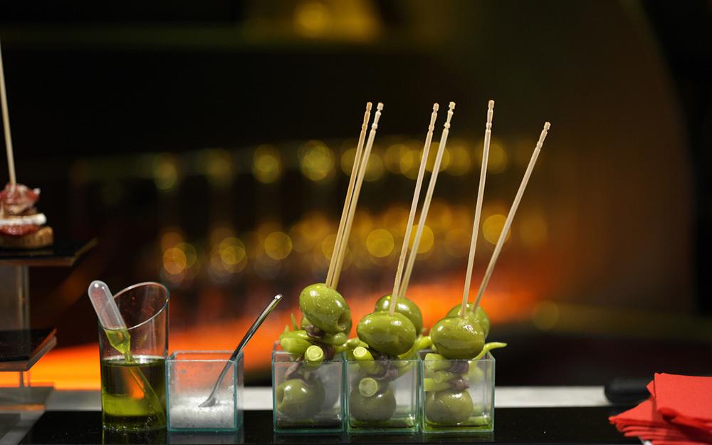 Guindillas, anchois et olives composent la Gilda, le premier pintxos crée.