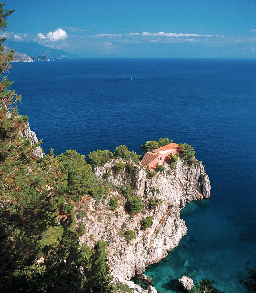 Une vue de la Villa Malaxante depuis un sentier en surplomb.