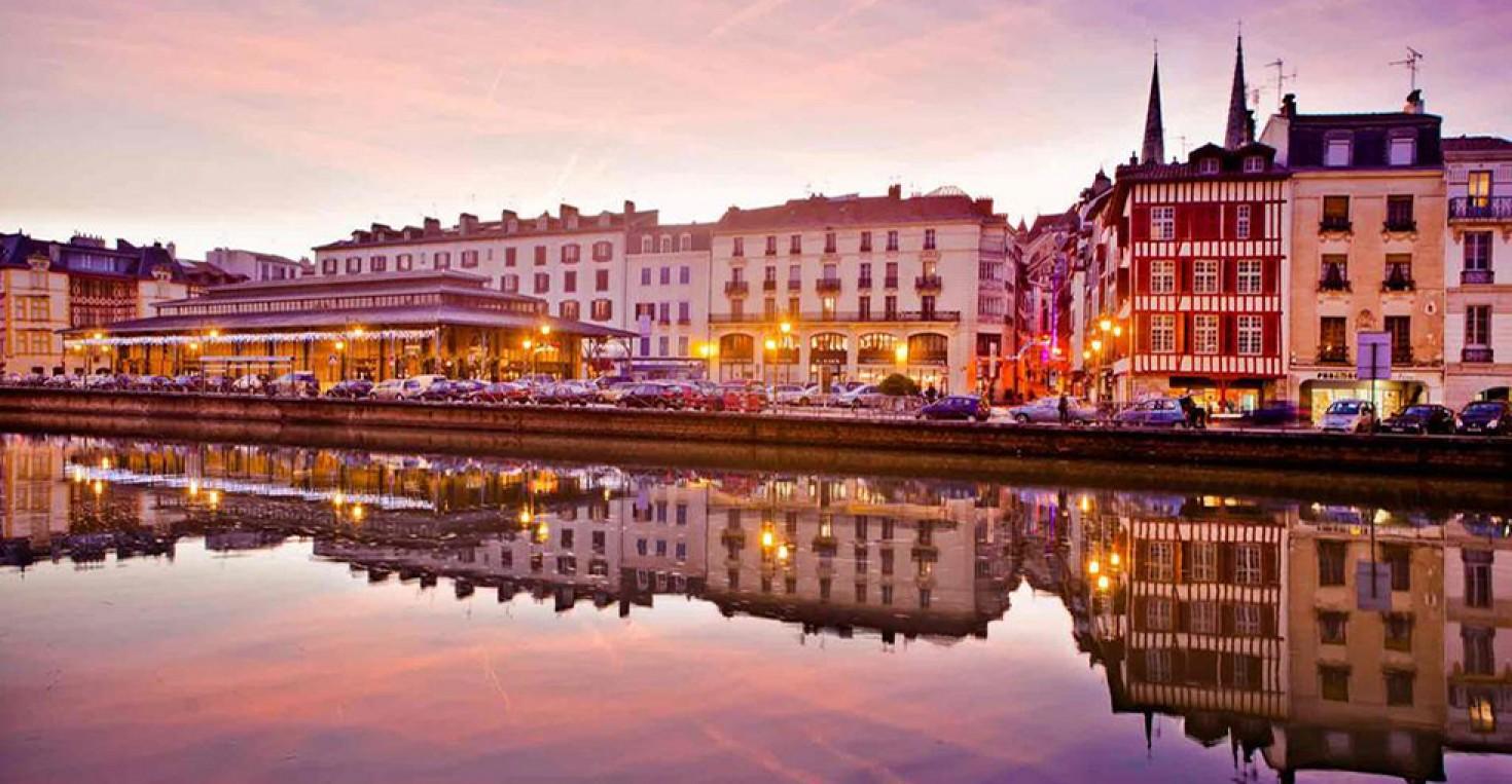 Les quais de la Nive, le marché couvert et les flèches de la Cathédrale en fond.
